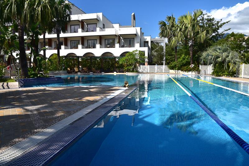 中庭のプールには5つのゾーンがあり、温水・冷水、マッサージが楽しめる。温水プールには温泉を使用