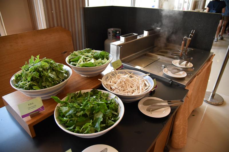 温野菜とともに自作できる麺コーナー