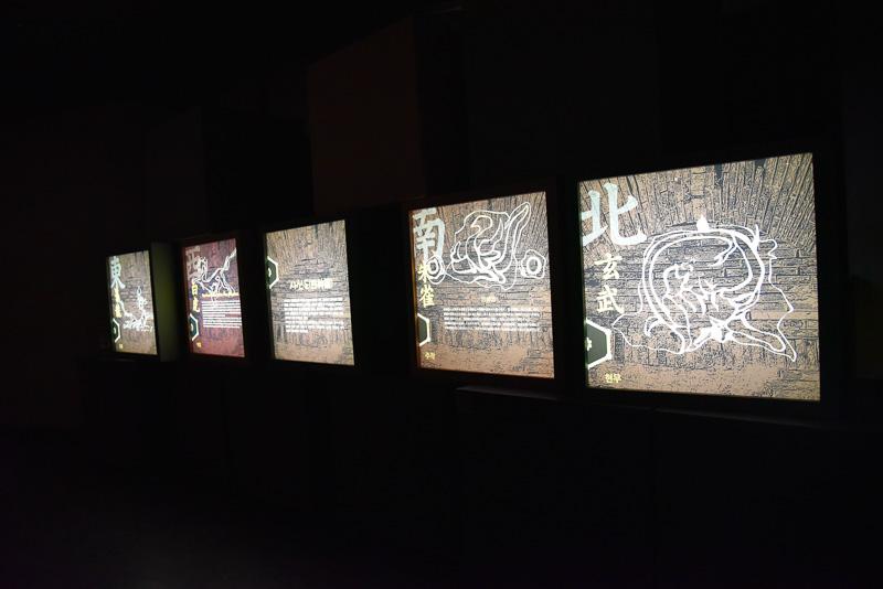 壁にはお金をイメージした模様が並ぶ。油さしなどもある。四神図にも注目