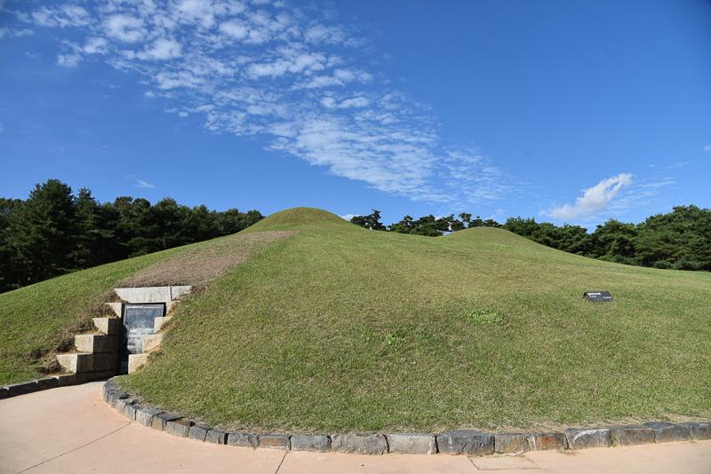 坂を登ると5号墳、6号墳、そして武寧王陵が現れる。奥にも4カ所古墳がある