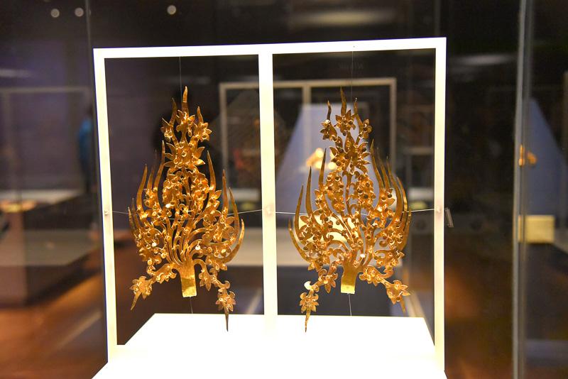 「金製冠飾」(王)は蓮華をモチーフとしたパルメットが美しい