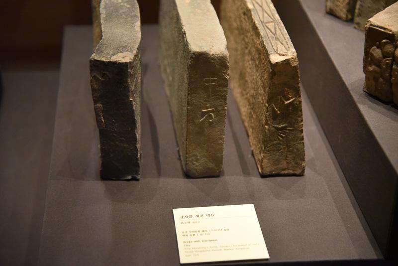 古墳を形作るレンガを展示。文字や蓮華文が刻まれており、長さも相当だ