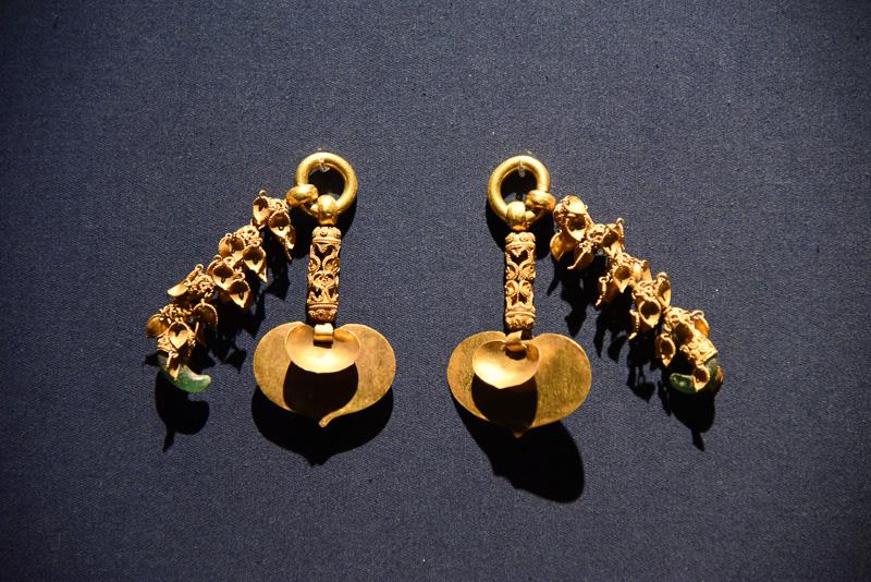 国宝の「金製耳飾」や「多利作」銘銀製龍文釧