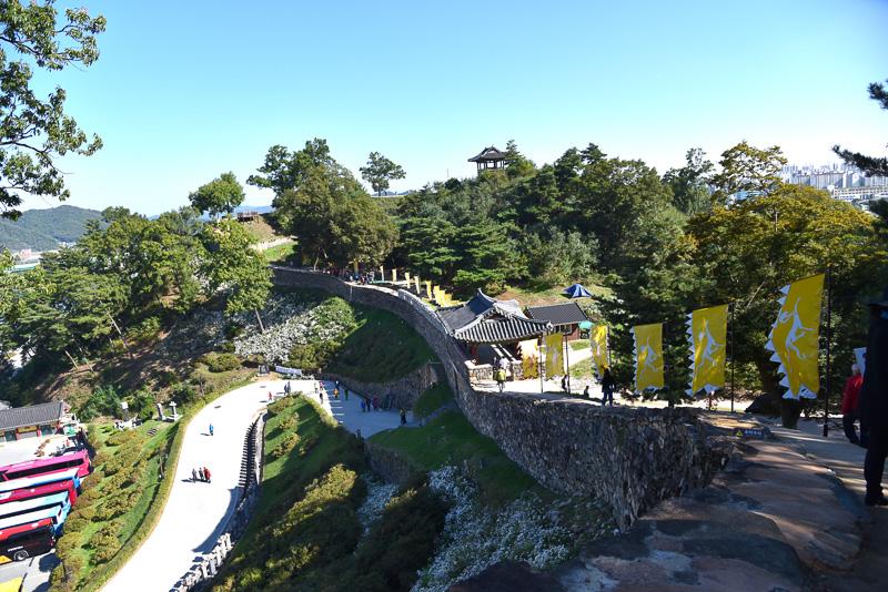 美しい曲線を描いた城郭と錦西楼を見下ろす絶景