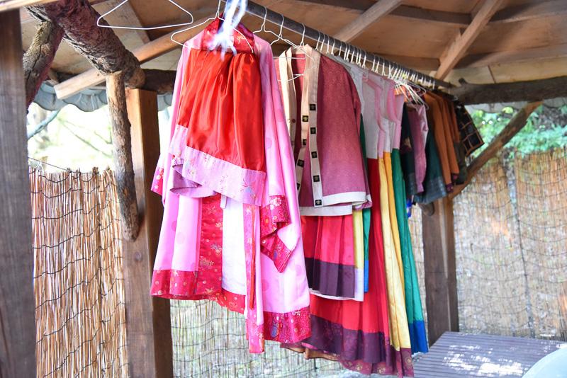 百済時代の衣装体験も可能。たくさんのカラフルな衣装が並び。どれを着るか迷ってしまうほど
