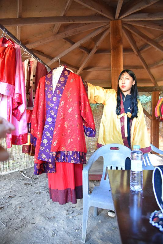 スタッフのオススメは赤を基調とした衣装。韓服と少し異なるデザインがポイント