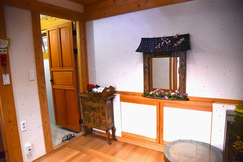 中に入ると左右に分かれており、左側が洗面所と冷蔵庫やウォーターサーバーなどが置いてある部屋