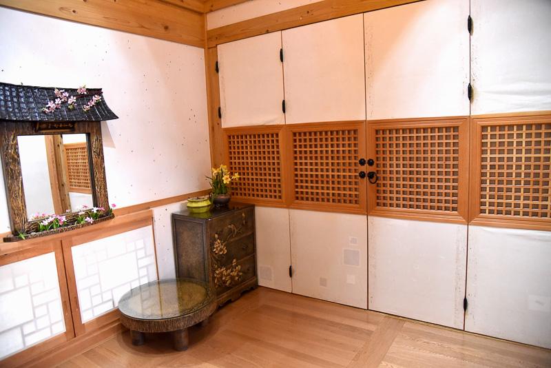 右側はテレビなどが置いてあるリビングルームとなっている