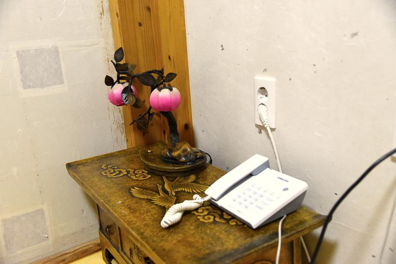 リビングルーム兼寝室を始め客室には韓紙を使った家具や小物などが置かれ、風情たっぷり