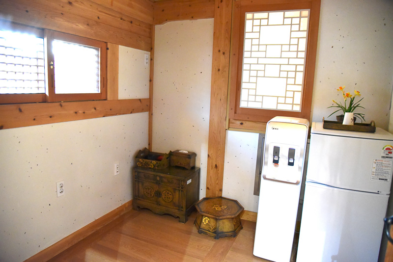 冷蔵庫やウォーターサーバーなどが並ぶ。自炊する場合は野外炊事場へ