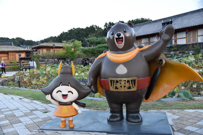 公州市のマスコット「Gomagom」と「Gongju」。一緒に記念撮影ができる