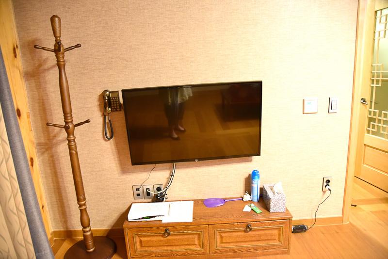 客室は木調で松の香りがふんわり香り、リラックス効果抜群。今回はリビングとベッドルームが1つ