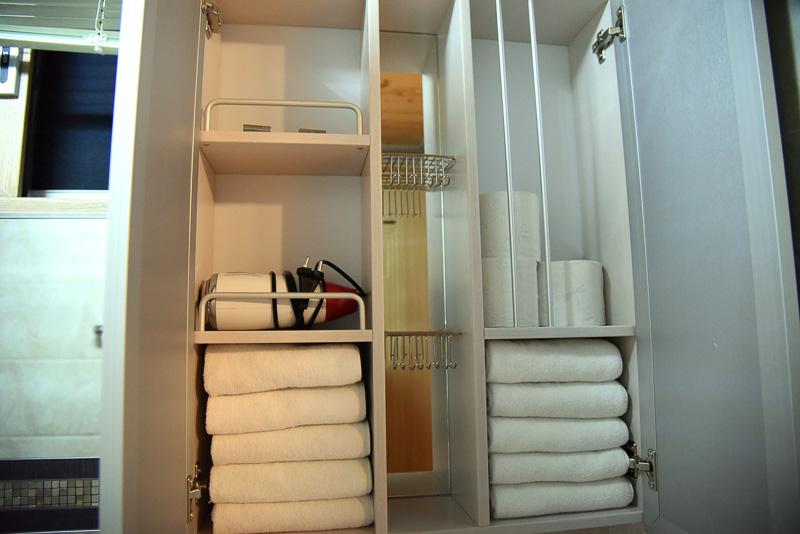 ドライヤーやタオル類はトイレの上の棚にある