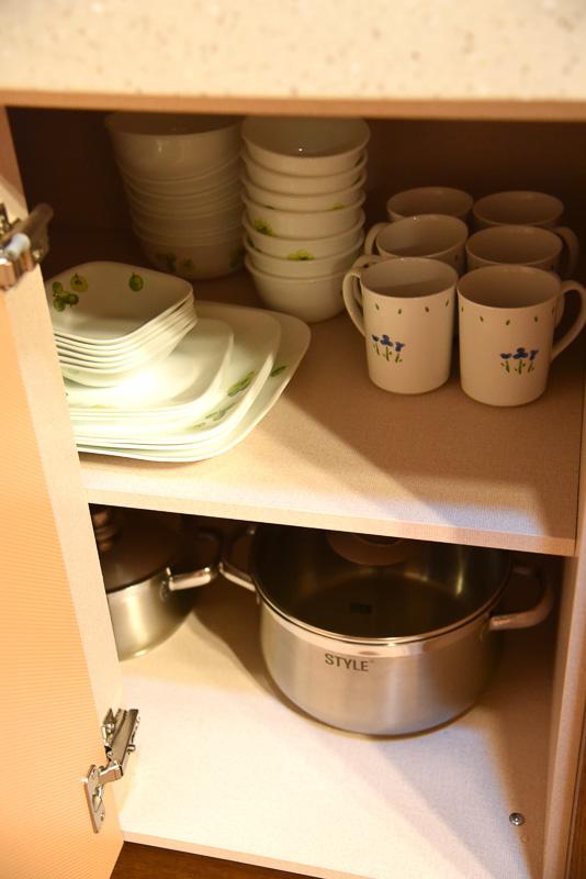 棚の中には調理道具一式と食器が並ぶ。地下水を汲み上げており、そのまま水が飲めるためウォーターサーバーはない