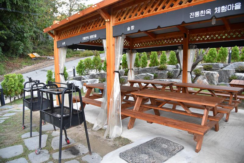 客室前には個人用、横には大人数対応のバーベキューエリアがある。グリルはレンタルで炭火を使うため別途2万ウォン(約2000円)かかる。窓を開けるとテーブルと雄大な景色が広がる