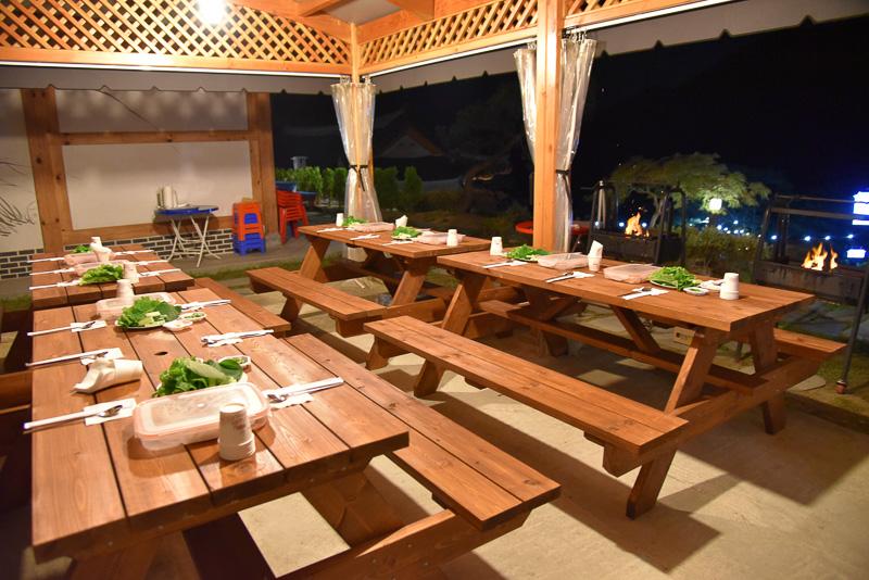 テント内のテーブルに並んだ夕食