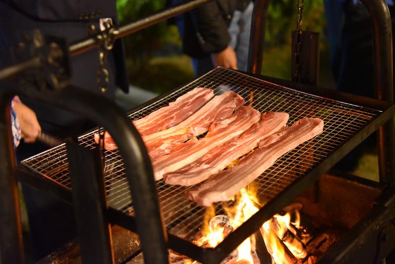 特注のグリルで肉を焼くのも楽しい。韓国ではバーベキューの際に肉を焼くのは男性の仕事だそう