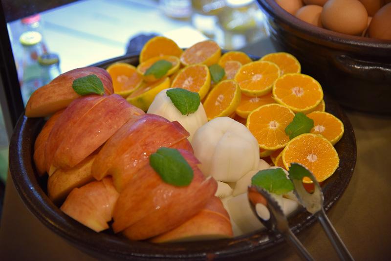 ビュッフェ形式の朝食。フルーツなどがたっぷり