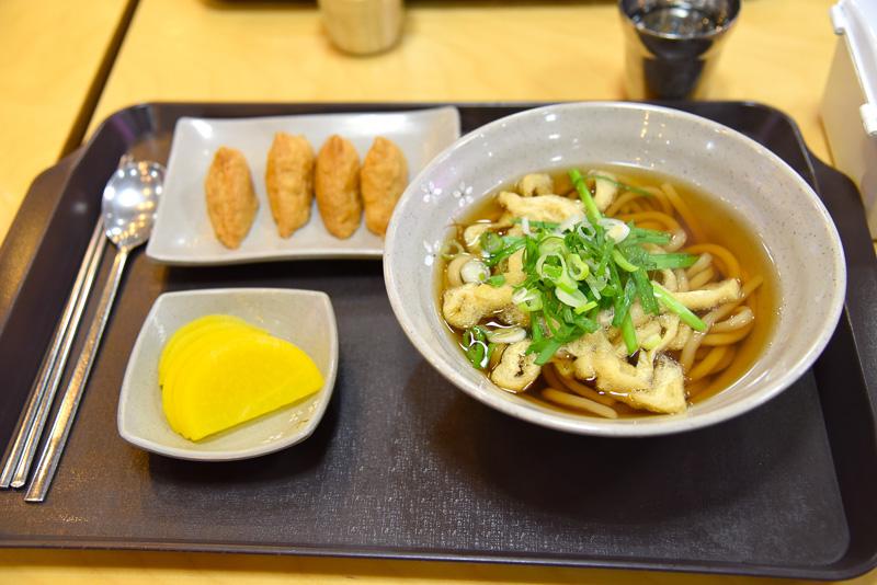 「松山ブドウサービスエリア」では定食をチョイス。テレビもあってまったり過ごせる