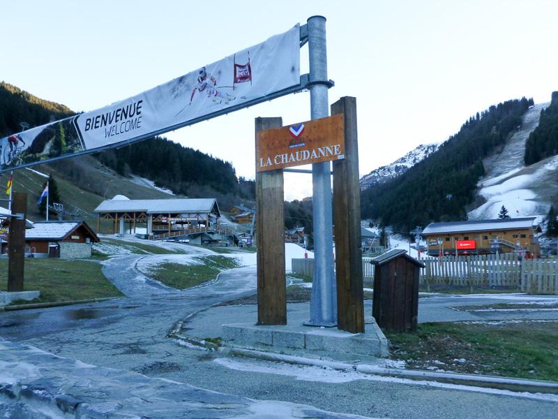 ホテルの目の前がリフト乗り場です。周辺はスキー場だらけ