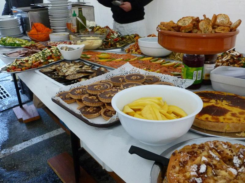 私の知る限り、フランス映画の撮影現場の食事はこんな感じが多いです。私が毎日こんなご飯を食べたら体調を崩すこと間違いなしです