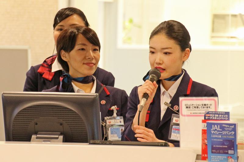 JALのグランドスタッフである熊本県八代市出身の吉川さん(左)と阿蘇市出身の高宮さん(右)が搭乗案内