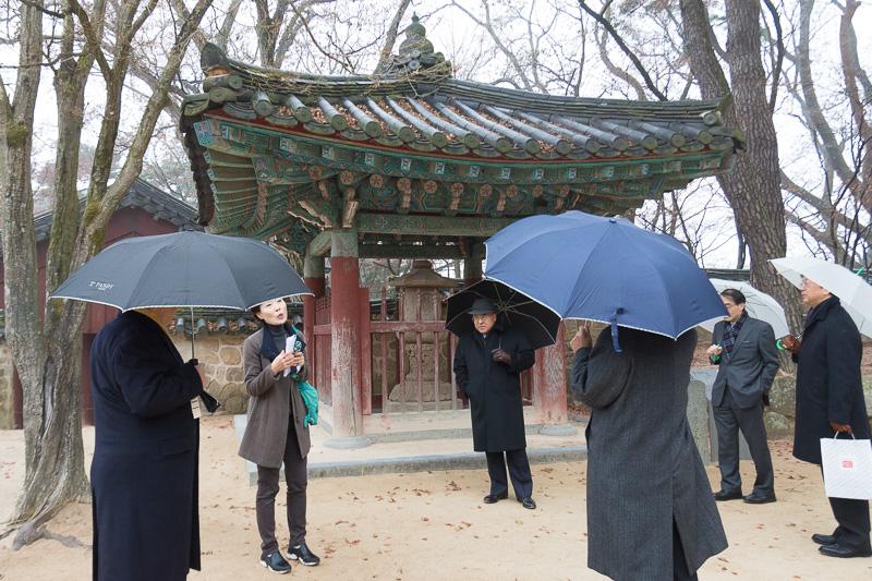 あいにくの雨模様のなか、ガイドの説明を聞きながら仏国寺境内を視察するJATA首脳陣