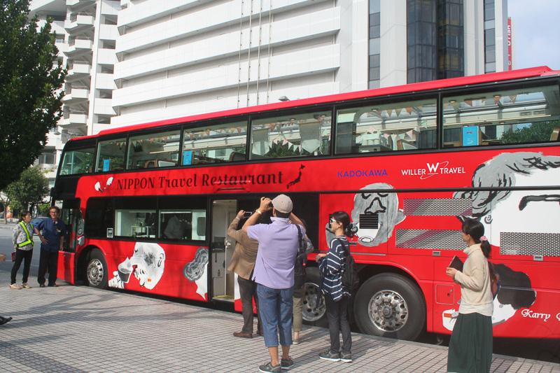 カラフルなペイントで楽しさを演出してくれる2階建てバス。乗降口は車体中央にある