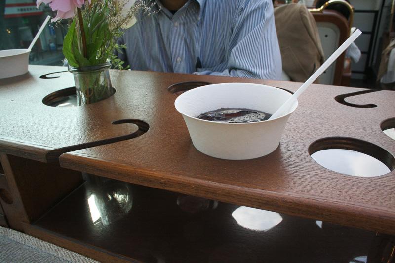 各テーブルに設置されたグラスホルダー。不思議な切れ込みはワイングラス用