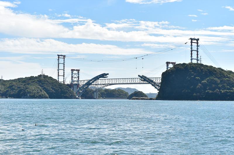 世界遺産に登録された三角西港(熊本県宇城市三角町三角浦)から見える1号橋。手前に見えるのは建設中の新天門橋(仮)