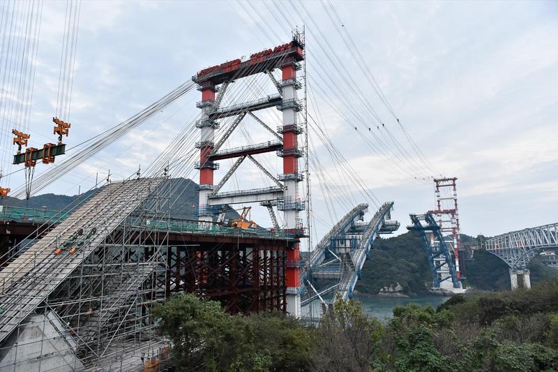 天草側からみた建設中の新天門橋。両岸からアーチが伸び、じきに結合される