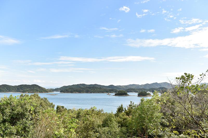 庭に出ると永浦島の南西方面の海を一望できる
