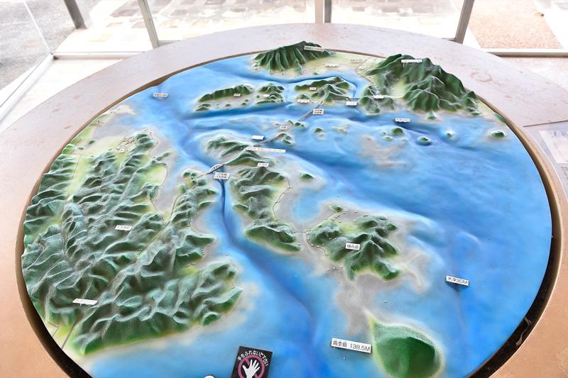 周囲の地形を表わすジオラマが展示されており、ちょうど中央部が現在地となっている