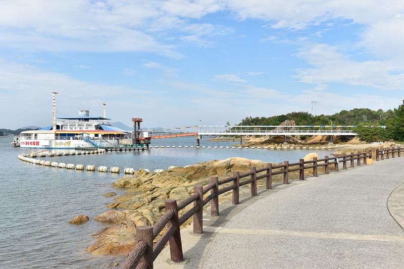 入場ゲートからは歩いて400mほどでシードーナツに到着する。その途中にも海洋生物が水槽内に展示されている