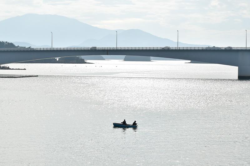 水族館の展望デッキからは前島橋を眺めることができる