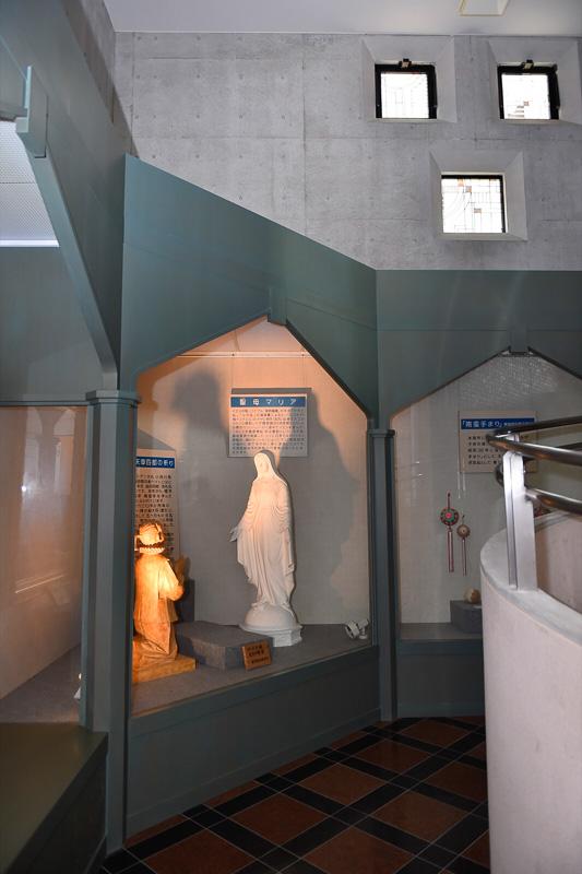 入場してすぐにマリア像に祈りを捧げる天草四郎の像が目に飛び込んでくる