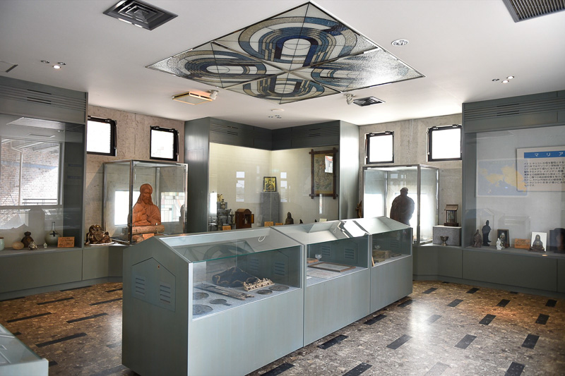 2階のキリシタン資料室には、天草エリアから出土した木彫のマリア像など、禁教令下にあった隠れキリシタンたちの心の拠り所となった資料が数多く展示されている