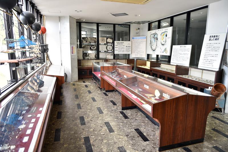同じく2階の真珠資料室。真珠の養殖に最適な気候と地形をもつ天草で育てられる真珠産業の時代の遷り変わりを学習することができる