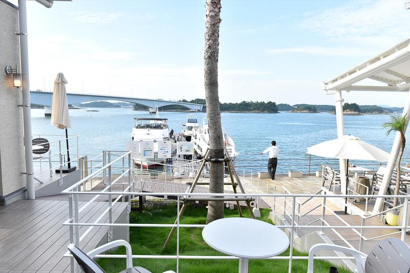 シークルーズのデッキと直結しているので、テラスで船の発着を眺めつつ食事を楽しめる