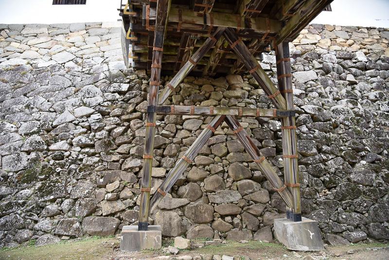 左右で石垣の積み方が異なる。右が打ち込み「牛蒡積み」で築城当時そのままの姿。左は幕末に積み替えた「落し積み」となっている