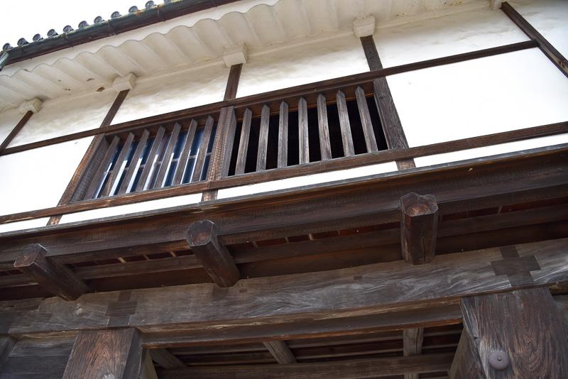 天秤櫓の格子窓はひし形となっており、中から見ると広角にまわりが見えるようになっている