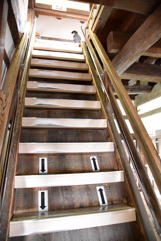 60度、そして62度と角度がきつい階段をゆっくりと登る