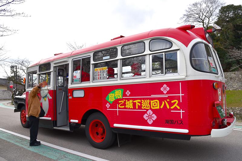 レトロ感たっぷりの「ひこにゃん」ボンネットラッピングバス