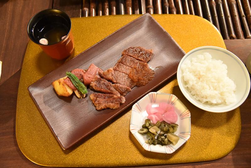近江牛ロースステーキは、まずは何もつけずに味わって肉の美味しさを堪能しよう。次に大根おろしや、ソースをつけて召し上がれ。まさにとろける美味しさ。近江米も一緒に頬張ろう