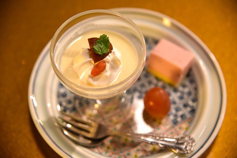 デザートは、栗のムースと季節の果物など。栗の濃厚な風味がたまらない