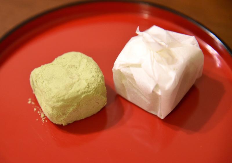 抹茶と和三盆をたっぷりまぶした「埋れ木」(2個入324円)。白餡と求肥の相性も抜群