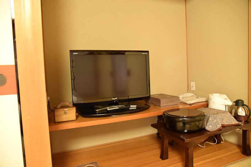 テレビなどはポットなどの近くにある。新聞も部屋の前に置かれ、毎朝提供される