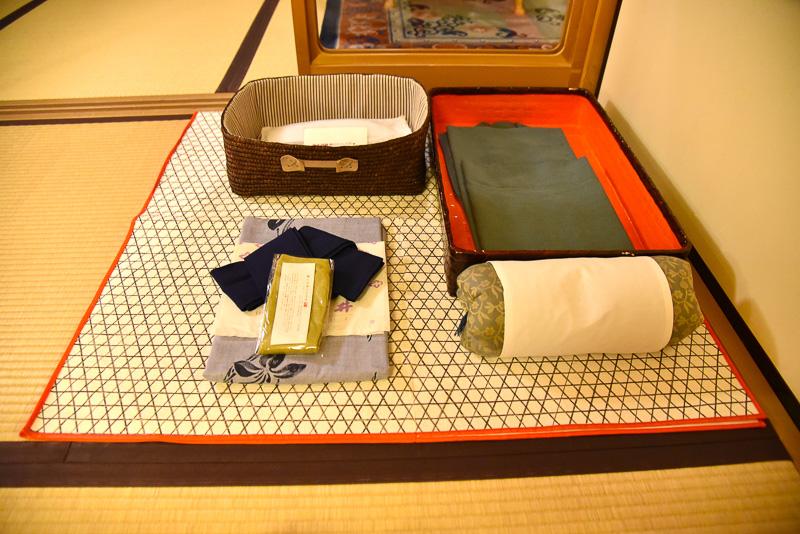 浴衣など一式。硬めの枕も一緒に並べられ、お好みで使える。緊急時用のスリッパはベッドメイキング後に枕元に置かれる
