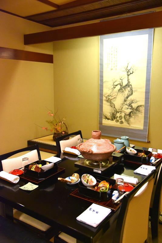 客室、または別個室で食事を味わうことができる
