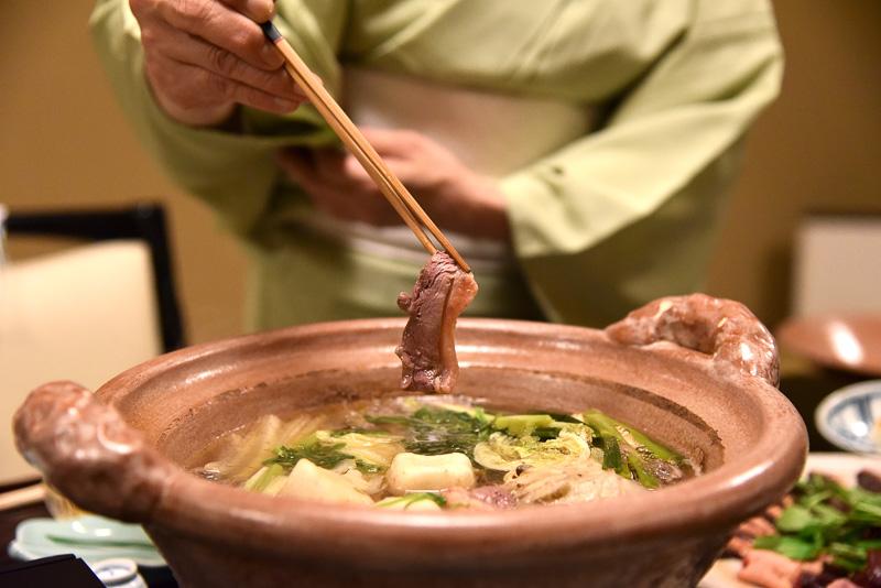 お鍋がいい塩梅になってきたところで鴨のロースをさっとしゃぶしゃぶ
